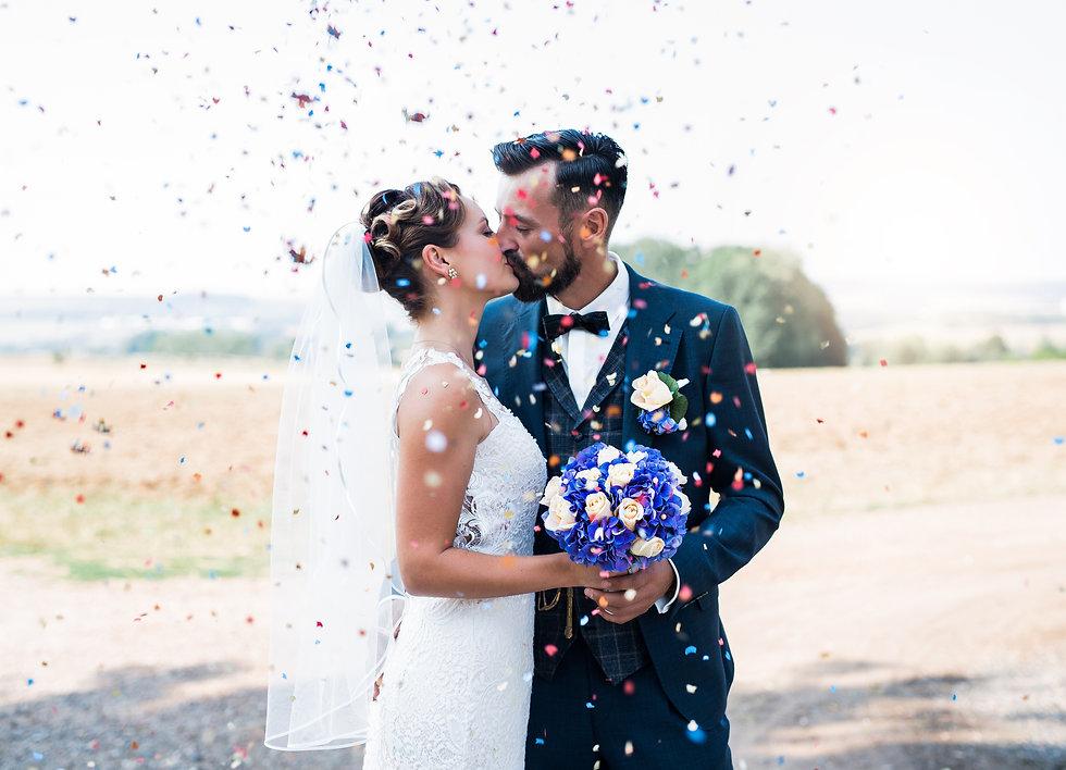 Hochzeitspaar Kuss Konfetti