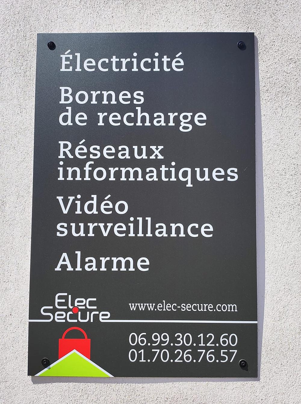 Nos techniciens sont à votre service pour tous vos besoins en Electricité, Bornes de recharge, Réseaux informatiques, Vidéo surveillance, Alarme