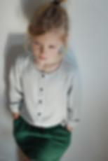 Look fille très tendance pour cet ensemble, chemise grise chinée en modal, soulignée par des boutons pressions noir. On l'associe avec la jupe wazo vert séquoia en matelassé de coton, taille élastique et poches sur les côtés. La mode éthique et tendance pour les enfants.