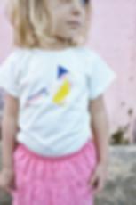 Look estival pour cet ensemble t-shirt avec son joli dessin oiseau en origami et sa jupe rose framboise avec des petites fronces pour donner du mouvement. En voile de coton la jupe a une culotte intégrée pour ne pas voir les couches des bébés. Tailles disponible dans la boutique 3mois, 6 mois, 12 mois, 18 mois, 24 mois, 36 mois.