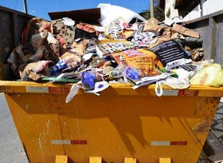 Entulho e lixo se acumulam em área de risco de Osasco, SP, diz leitor