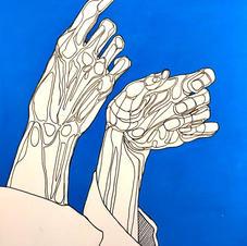 A parede azul sobre as mãos