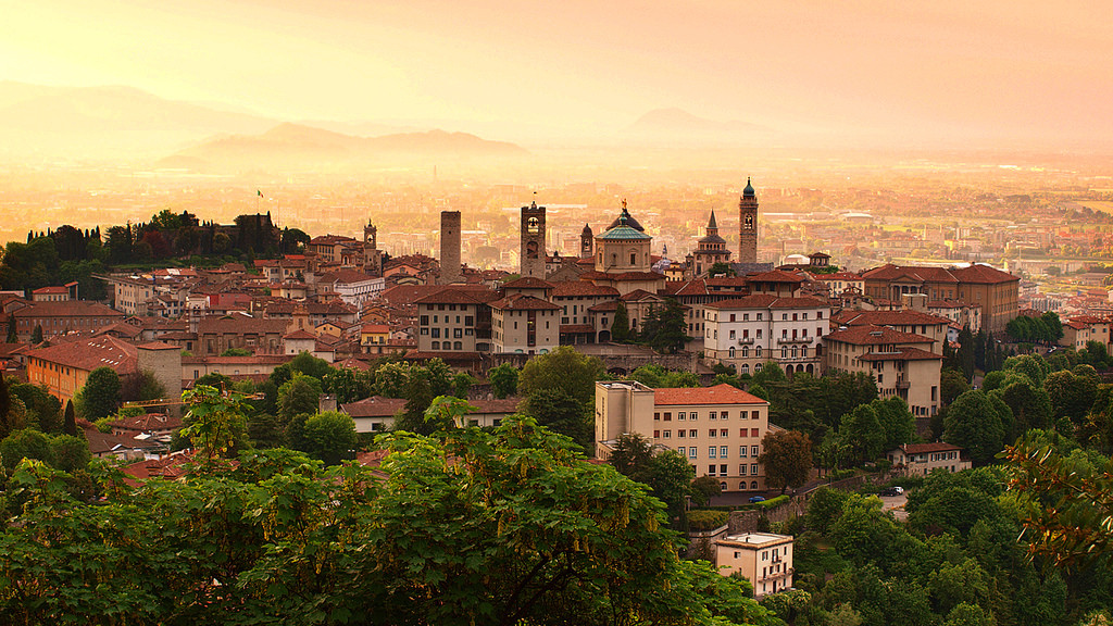 Sunrise_at_Bergamo_old_town,_Lombardy,_I