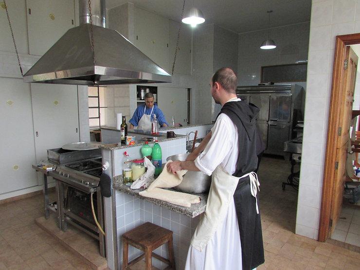 Monges cozinhando