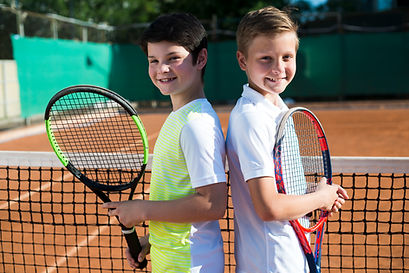 kids-back-to-back-on-the-tennis-court (1