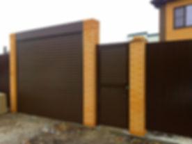 Рулонные ворота с отдельностоящей калиткой