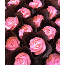Who needs roses for Valentine's Day when you can have cupcakes_! #chocolatecoveredstrawberry #cupcak