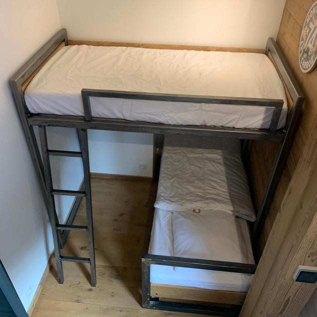 Création du lit supérieur pour une optimisation de l'espace d'une chambre en station de ski
