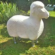 Pieds pour un mouton en pierre réalisé par le Compagnon Tailleur de pierre Baptiste Gruet