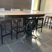 Table industrielle avec piétement de scie et plateau de marbre