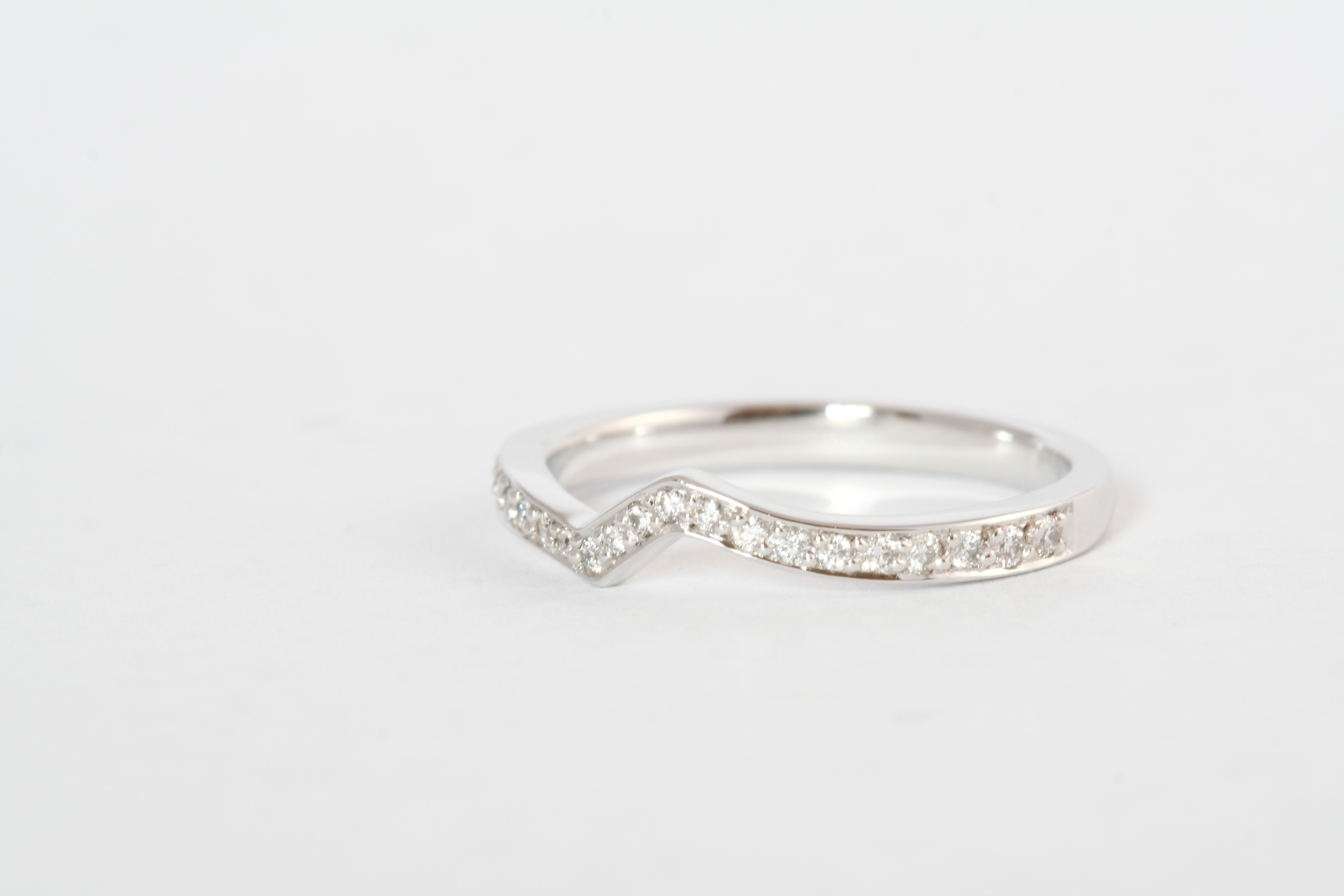 18ct gold & diamond fitted band