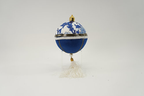 BALL ORNAMANTE  WHITE AND BLUE 6IN