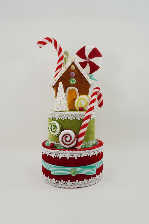 GINGERBREAD HOUSE ON CAKE