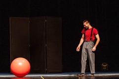 clown boule solo artiste de cirque emman