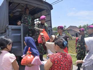 Banjir mulai surut, Satgas Banjir LANTAMAL V bagikan bahan kontak dan bantu pemulangan pengungsi