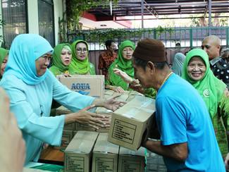 Bagi 1000 paket Lebaran, Khofifah ajak tingkatkan keimanan warga