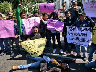 Wartawan Surabaya kecam aksi kekerasan ditengah demonstrasi