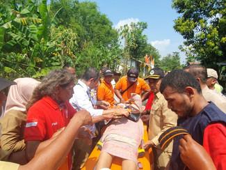 Ibu hamil diselamatkan dari perangkap banjir Mojokerto
