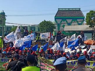 Ratusan Buruh Jatim gelar aksi tolak revisi UU no 13 tahun 2003