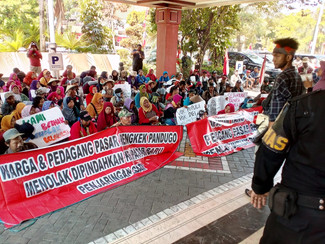 Akan digusur, ratusan pedagang Pandugo berunjuk rasa