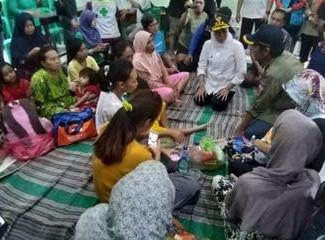 Datangi pengungsi banjir di Madiun Gubernur minta warga bersabar dan tabah