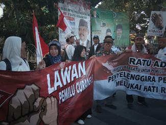 Barisan RATU ADIL demo KPU Surabaya