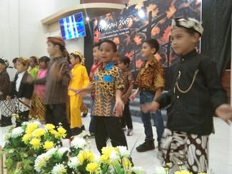 Paskah dirayakan meriah dengan pakaian adat dan makan bersama beralas daun pisang