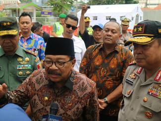 Gubernur Jatim dan beberapa pejabat Jatim dan Pemerintah Kota Surabaya datangi lokasi jalan ambles