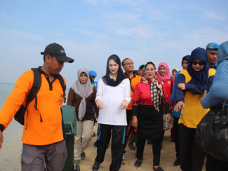 Bersih-bersih sampah di Pantai Gili Ketapang, Arumi ajak masyarakat jaga kebersihan lingkungan