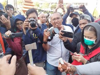 Polisi amankan Kapak yang dilemparkan massa aksi ke gedung DPRD Jatim