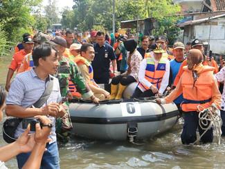 Susuri  Banjir di Mojokerto, Khofifah Menumpang Perahu Karet