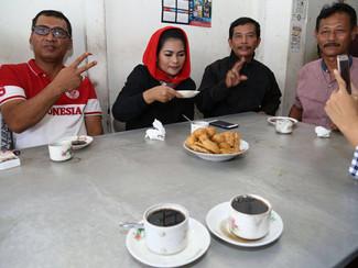 PUTI NIKMATI KOPI IJO DAN BERI APRESIASI KRATIFITAS ANAK MUDA TULUNGAGUNG DALAM MENGELOLA CAFE