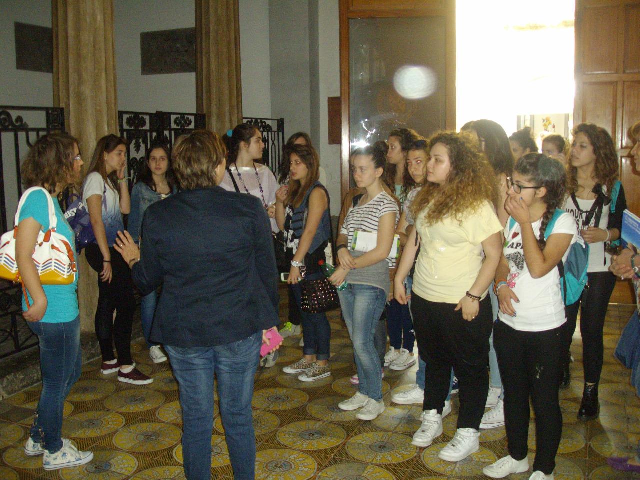 03  spiegazione dell-alunna Negri II D alle alunne  dell-Alfano I giunte con le loro prof. G.Ricci e