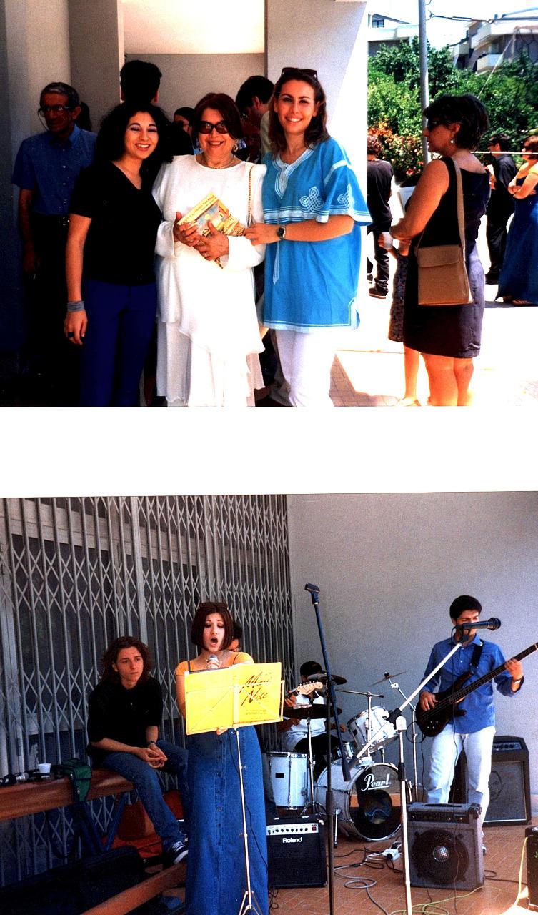 Celebrazioni_35°_anno_-_prof.ssa_Mazzia_con_gli_alunni