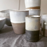 Tonbecher und Vasen