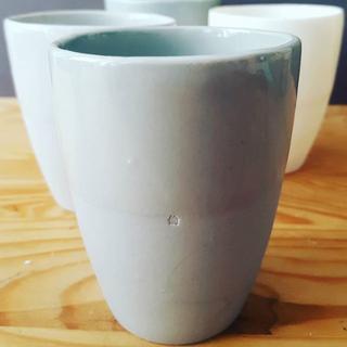 Kaffeebecher aus eingefärbtem Porzellan