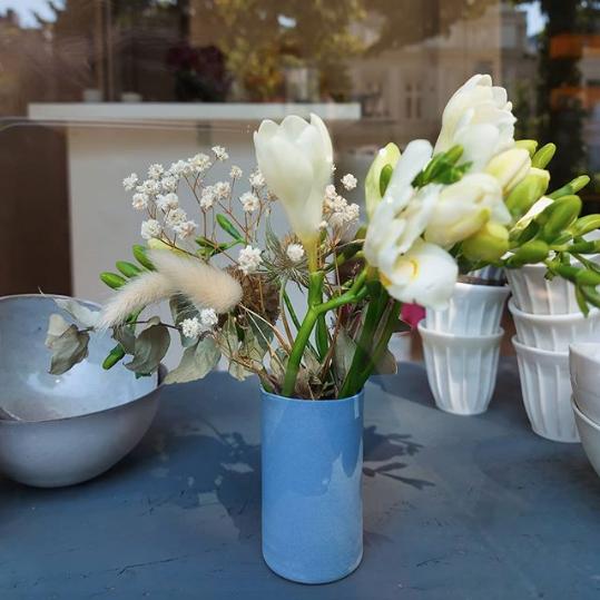 Kleine Vase aus eingefärbtem Porzellan