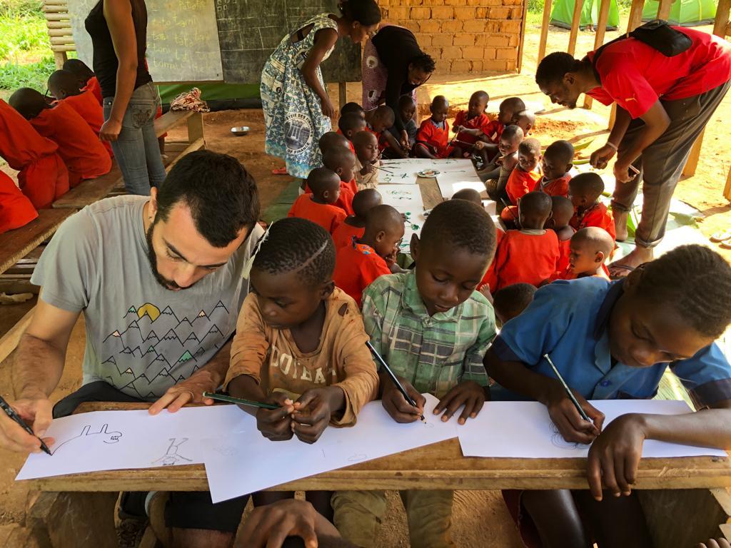 Daniel Tornero en los talleres de ilustración con los niños Baka.