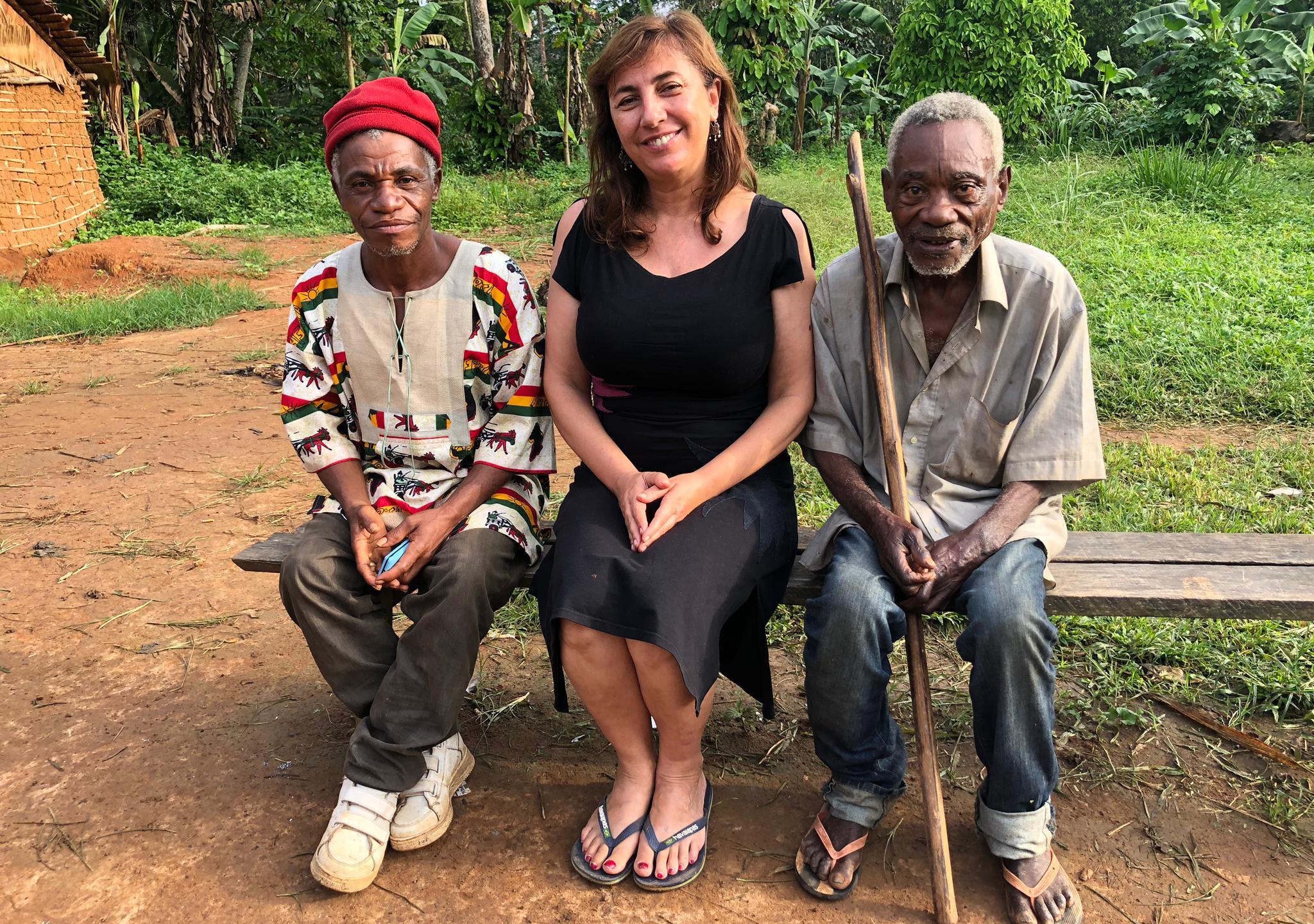 Ana con dos narradores Baka: el jefe del pueblo y el curandero de Assok.