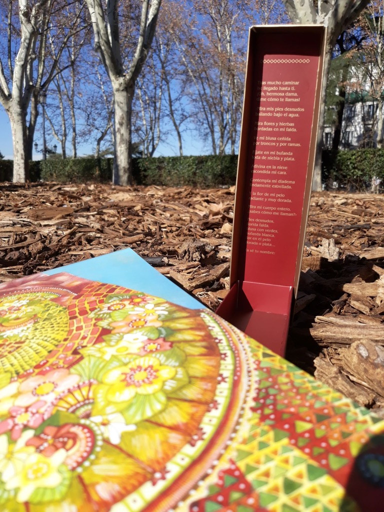 Bella Dama, Una ilustración en póster dentro de una caja con poema