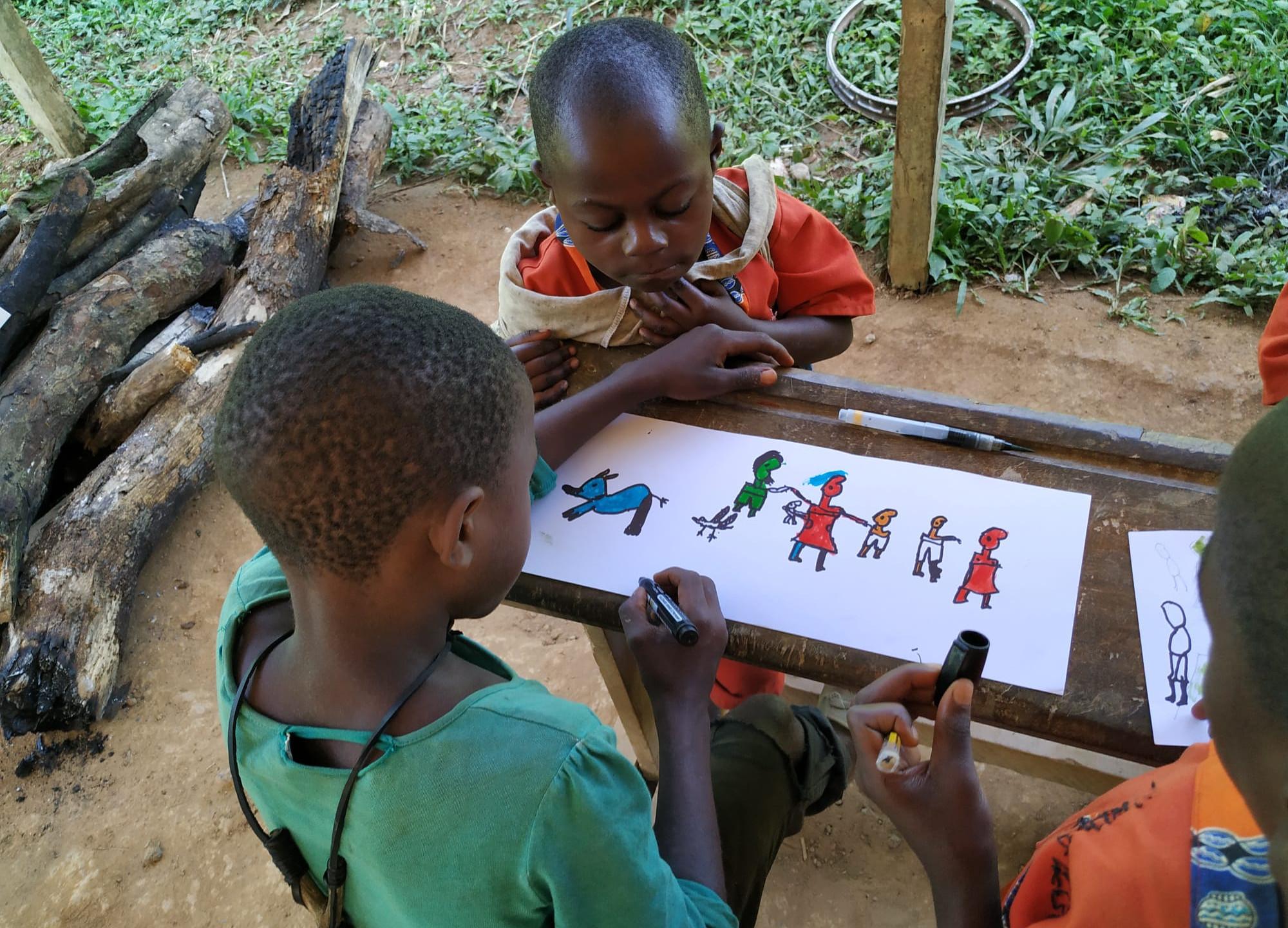 Niños ilustrando.