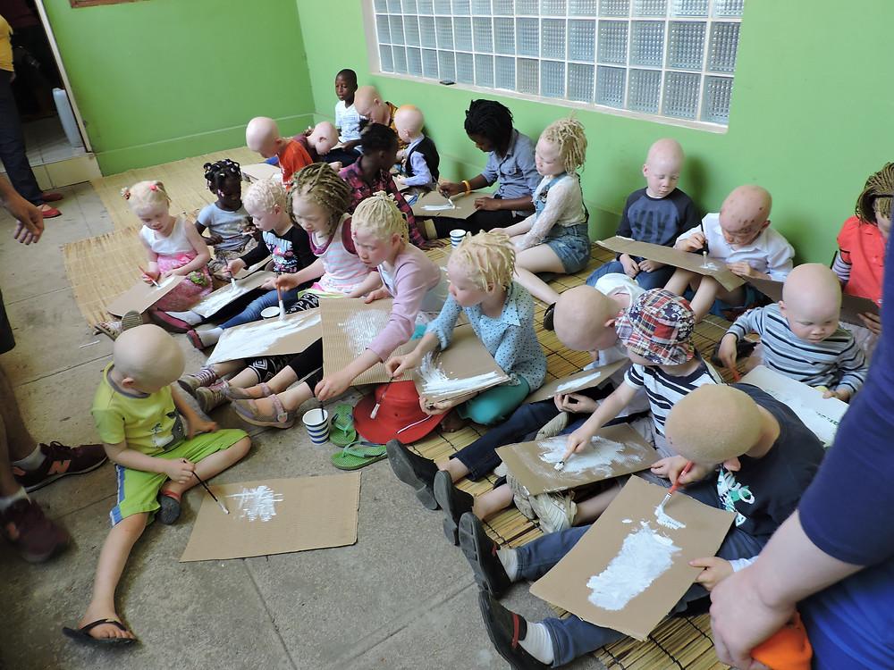 taller con niños albinos