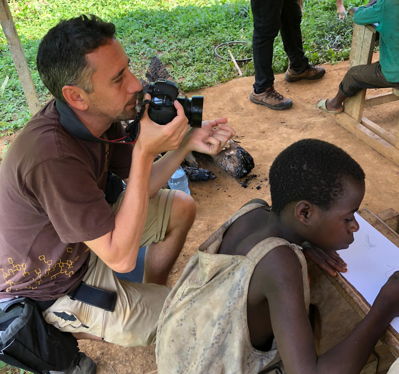 Kike Carbajal haciendo fotos para la próxima exposición sobre los Baka.