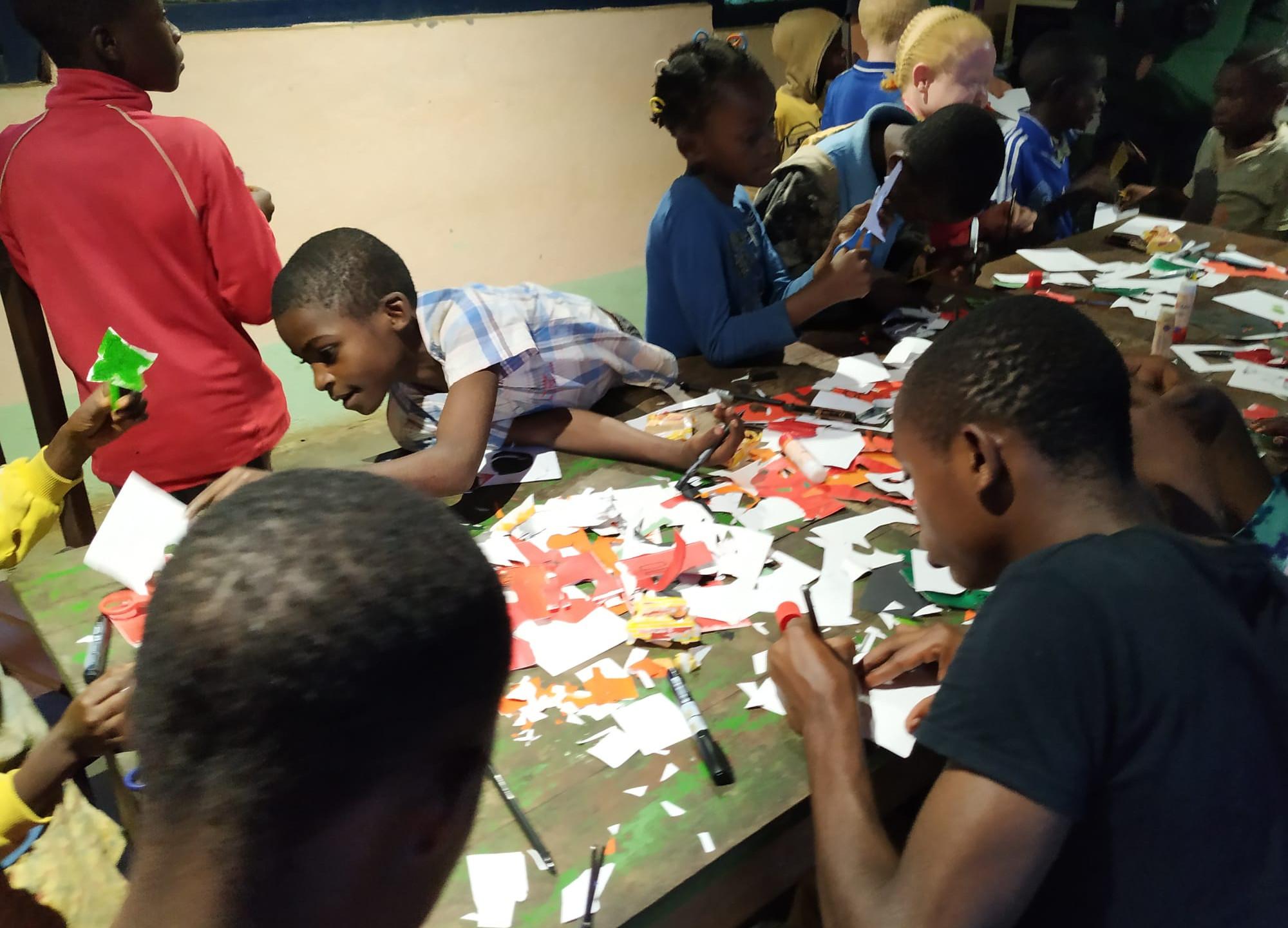 Niños recortando las ilustraciones.