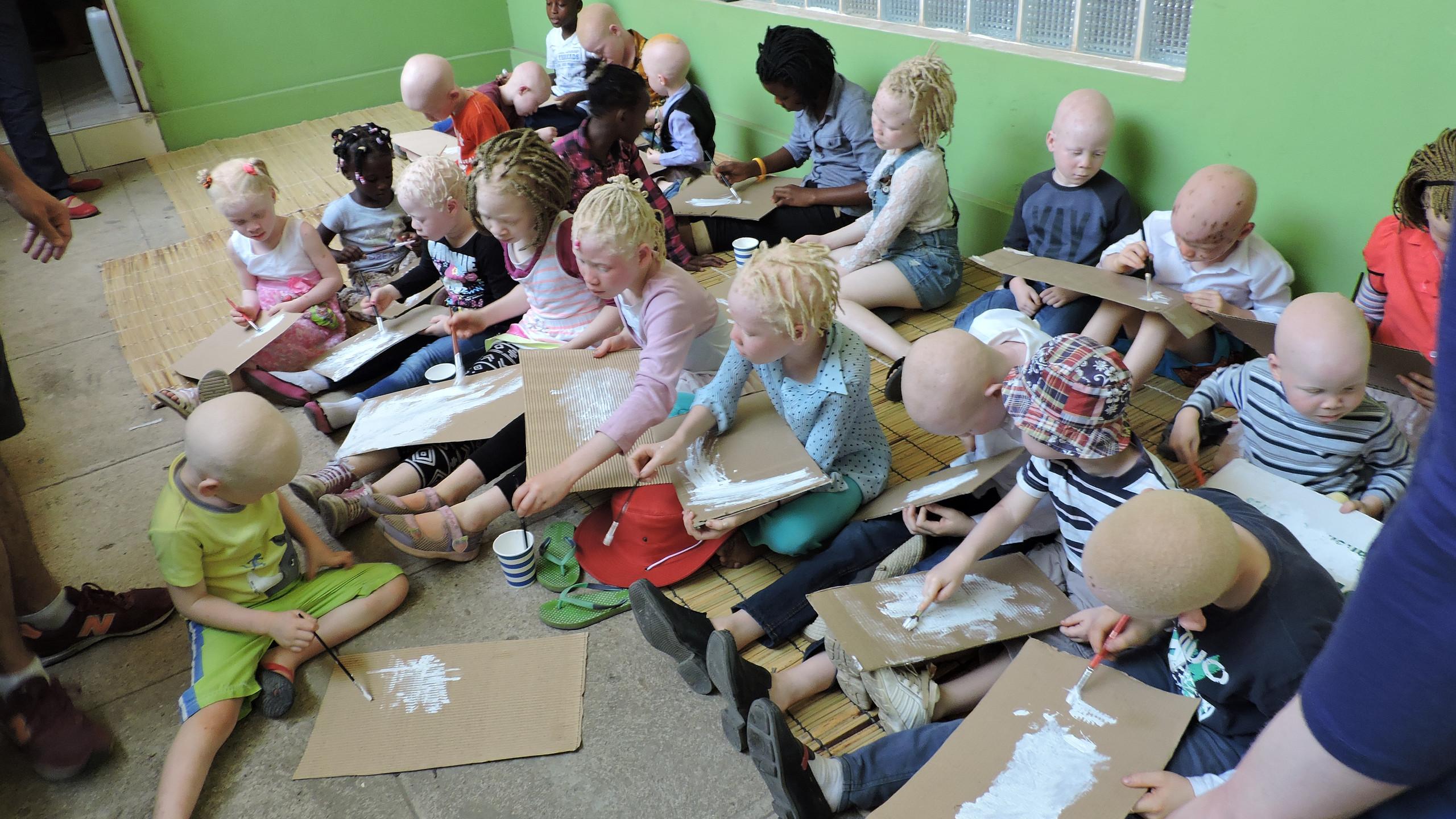 Taller de ilustración con niños albinos