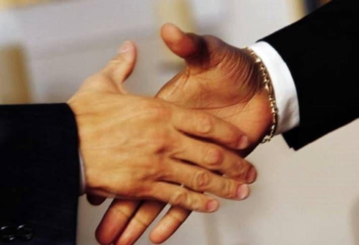 71938_1426620160_handshake-large