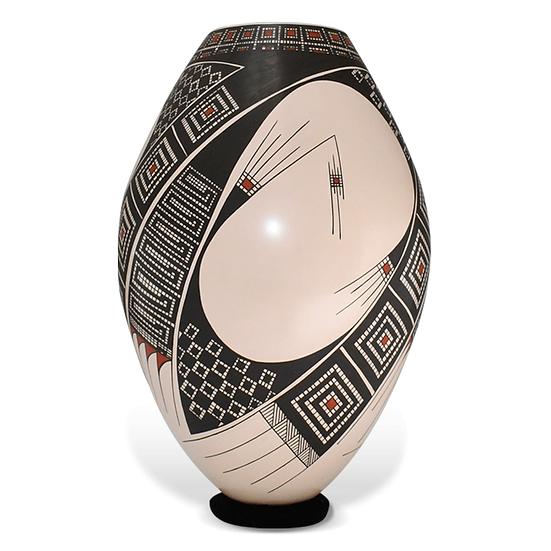 Vasija de diseño geométrico policromada