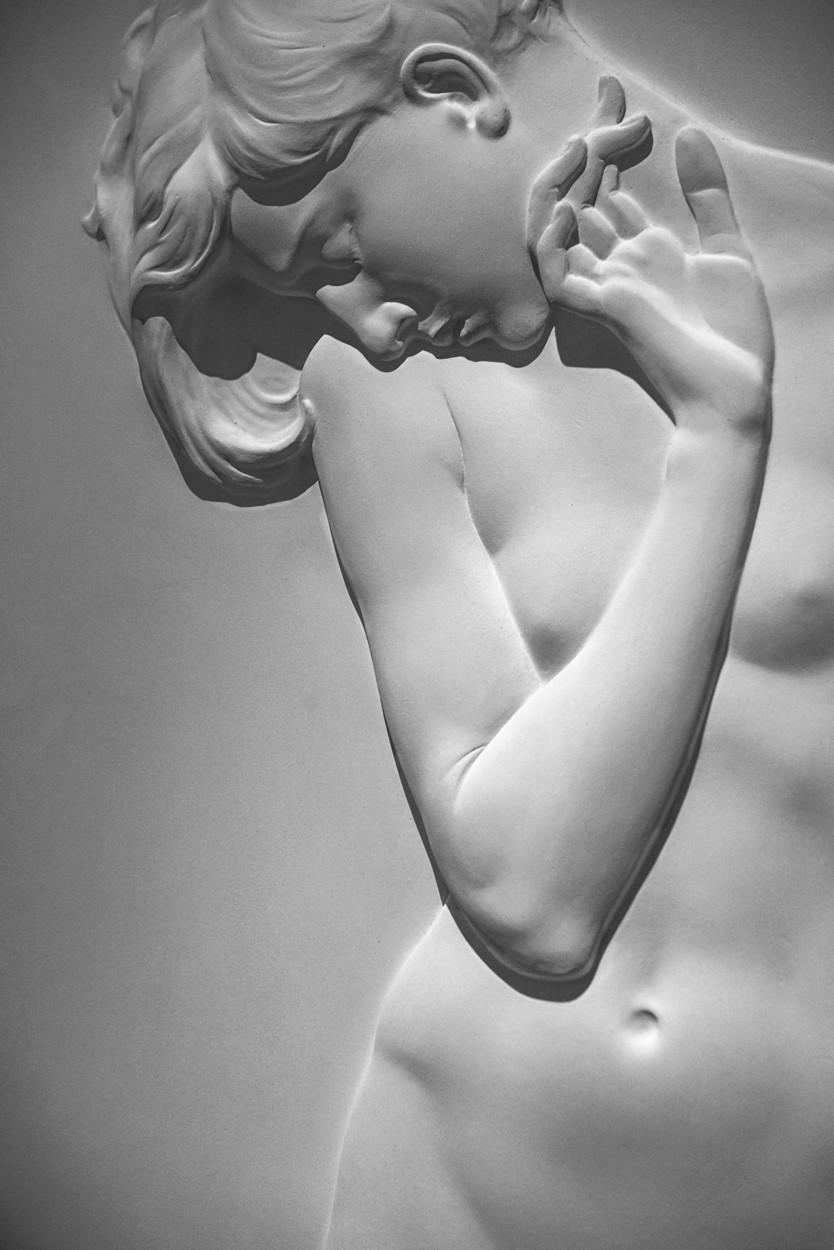 Nudo di ragazza (Il pianto del fiore), by Arrigo Minerbi. Detail. Ferrara, Palazzo D'Este, 2017.