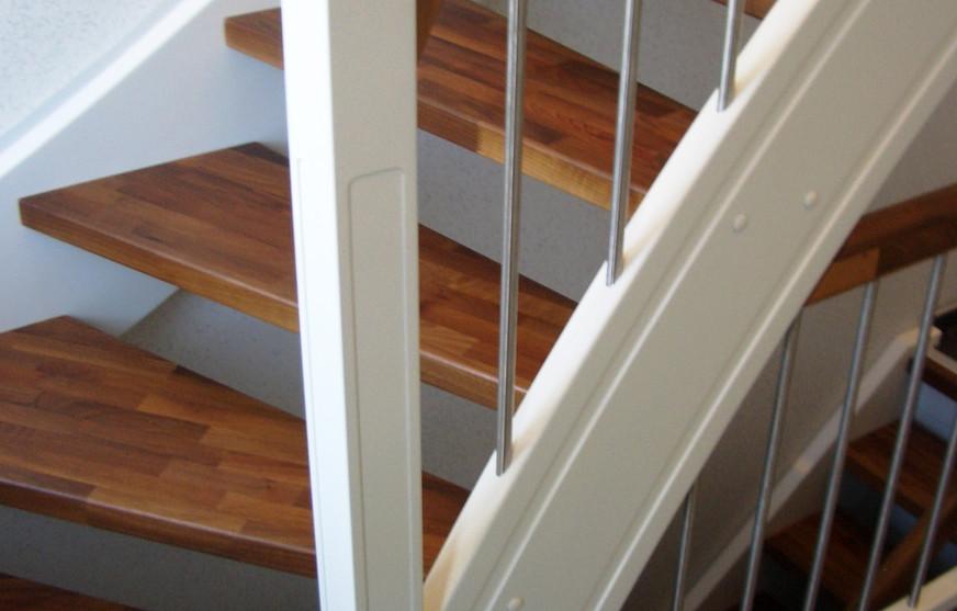 Nussbaum Stufen mit weißen Wangen