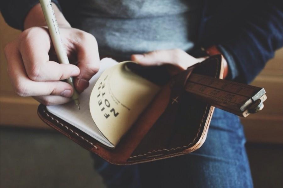 эксперимент психолога, подросток, тетрадь, записная книжка, ручка, записи, человек пишет, экранная зависимость, наедине с собой,